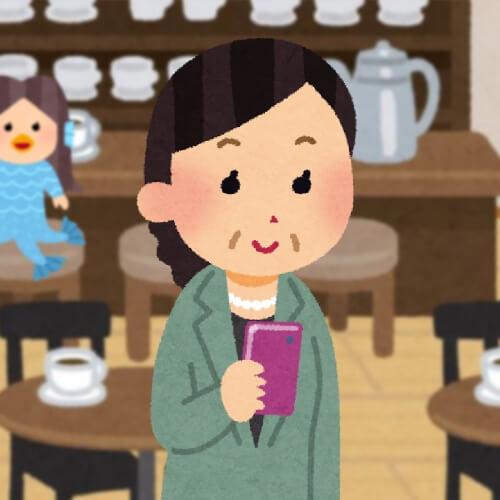 喫茶店でスマホを見る女性